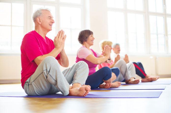 yoga para terceira idade 696x463